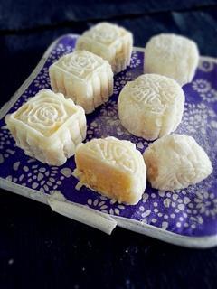 奶黄椰丝冰皮月饼