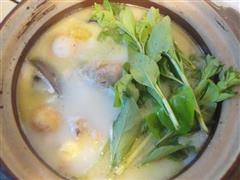 黄芪枸杞叶子鸡汤