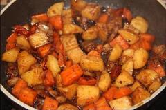 黑蒜红烧肉焖土豆