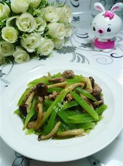 蟹味菇里脊肉炒莴笋