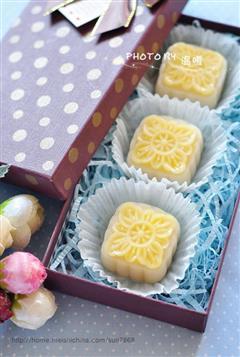 椰丝奶黄冰皮月饼