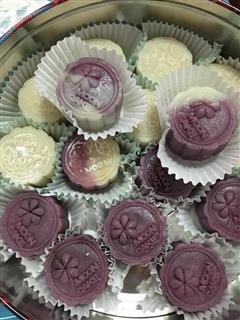 紫薯冰皮月饼和莲蓉冰皮月饼