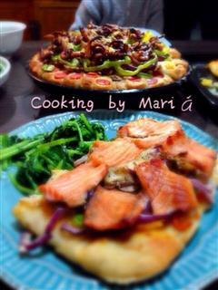 薄饼三文鱼披萨和八爪鱼海鲜花边披萨