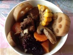 口蘑莲藕玉米胡萝卜排骨汤