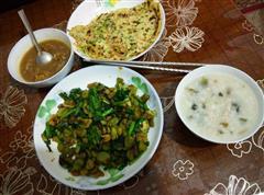 摊蛋皮+蚕豆韭菜+炒肝+皮蛋瘦肉粥