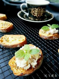 蒜香法棍配金松鱼酸黄瓜沙拉