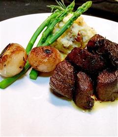 红酒烩羊肉粒配小洋葱土豆泥