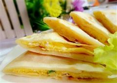 鸡蛋灌饼,卷上嫩绿的生菜,火腿肠