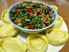 豆角炒肉丁配窝头和玉米面小馒头