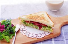 不用沙拉酱的快手早晨-牛油果培根三明治