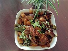 红烧排骨土豆青椒
