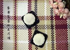 蛋黄白莲蓉冰皮月饼