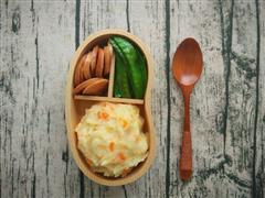 日式土豆泥+荷兰豆香肠便当,今天不想吃米饭