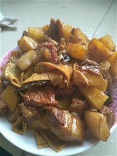 土豆焖红烧肉