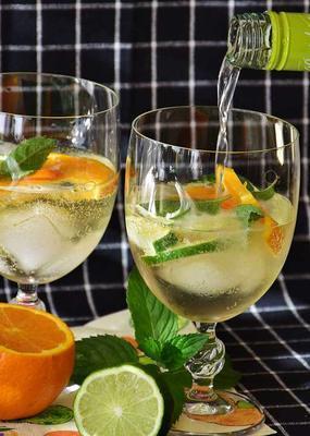 柠檬加红枣泡水能喝么 柠檬加红枣泡水的功效有哪些
