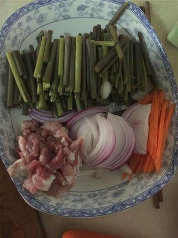 酸辣蕨菜的做法图解2