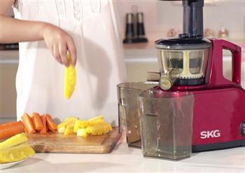 简单三步制作菠萝胡萝卜汁 SKG原汁机食谱的做法图解3