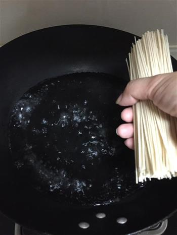 香菇酱空心面的做法图解2