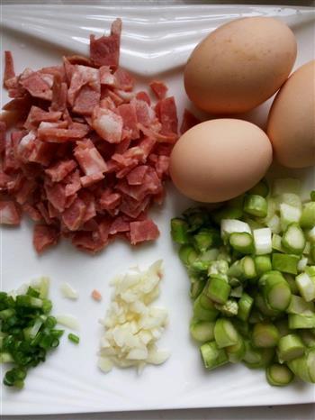 培根芦笋蛋炒饭的做法图解1