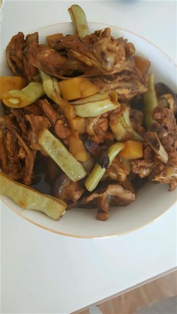 鸡骨叉炖豆角土豆香菇的做法图解2