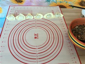 韭菜鱿鱼鲜肉馄饨的做法图解2