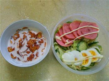 火腿鸡蛋沙律加玉米片牛奶的做法图解1