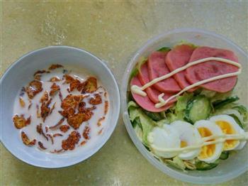 火腿鸡蛋沙律加玉米片牛奶的做法图解2