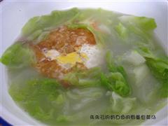 奶白色的煎蛋包菜汤