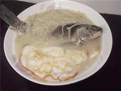 荷包蛋滚鲫鱼汤