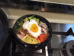 蔬菜什锦五花肉石锅拌饭