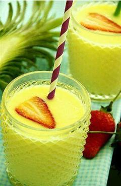 夏日最佳饮品菠萝草莓奶昔