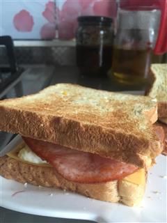 早餐面包片加煎蛋