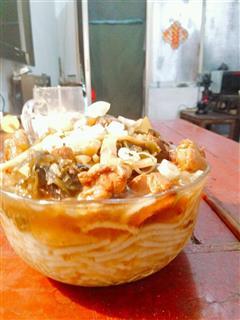 酸菜竹笋鸡肉米粉